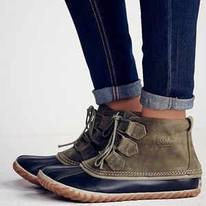 SOREL Out N About Green Leather Duck Boots 8